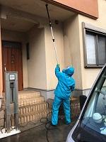 玄関の天井を高圧洗浄